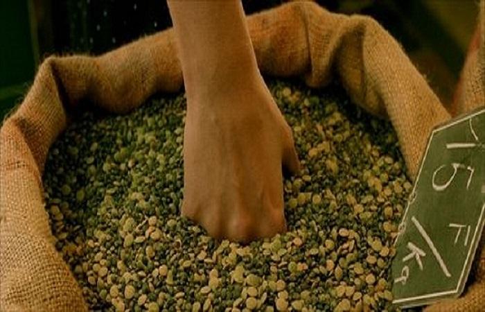 La mano di Amélie che affonda nel sacco di legumi