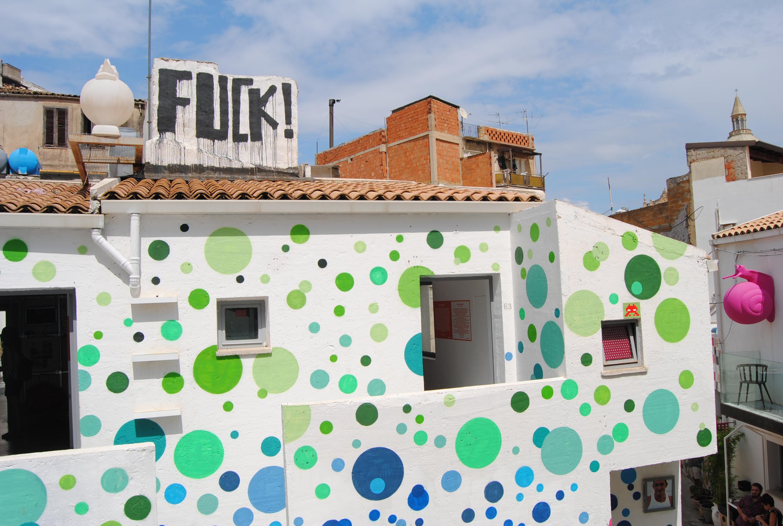 A Favara la coloratissima Farm convive con i vecchi edifici mai rifiniti. Foto scattata da Centro Studi Arti Visive