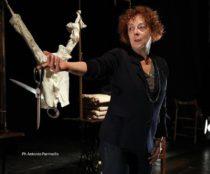 Laura Curino in una foto di scena. (Foto scattata da Antonio Parrinello)