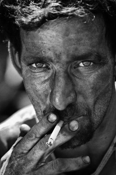 L'uomo sporco di carbone immortalato da Fabrizio Villa