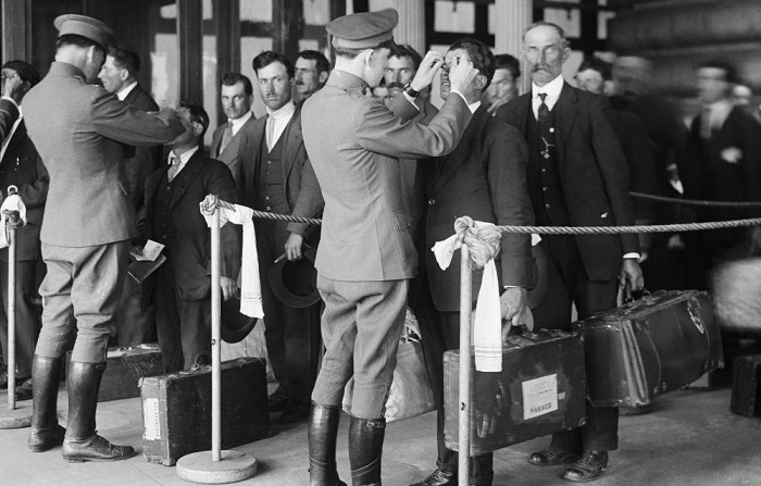 Gli emigranti appena arrivati vengono controllati ad Ellis Island