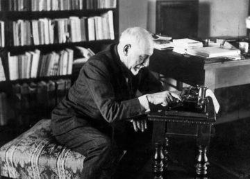Luigi Pirandello alla macchina da scrivere