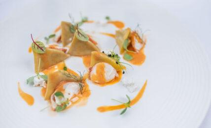 Ravioli con melanzana affumicata su bisque di astice e ricotta fresca