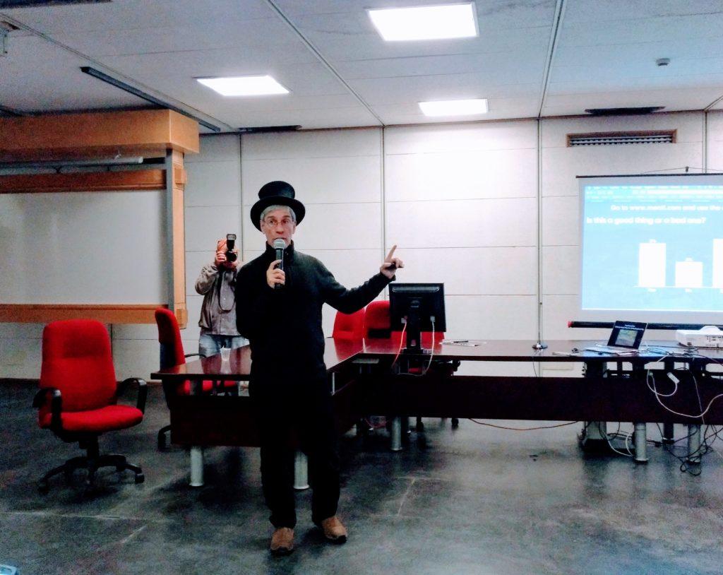 Marc Abrahams durante l'intervento al Dipartimento di Fisica dell'Università di Catania
