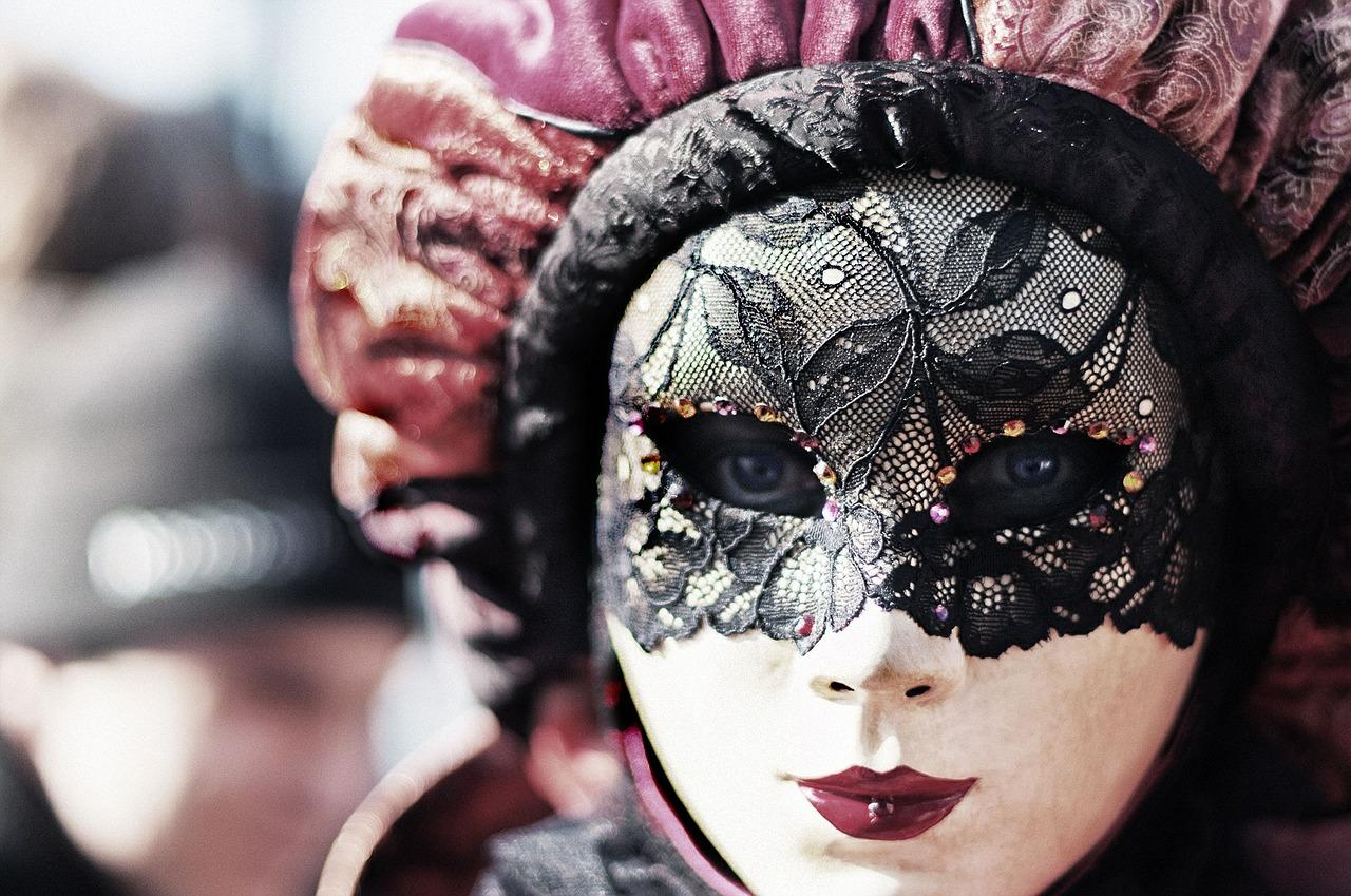 La simbologia della maschera tra finzione e realtà: dalla preistoria al Cosplay