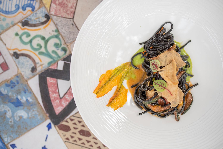 Tagliolini neri con bottarga di tonno su vellutata di zucchine e fiori di zucca
